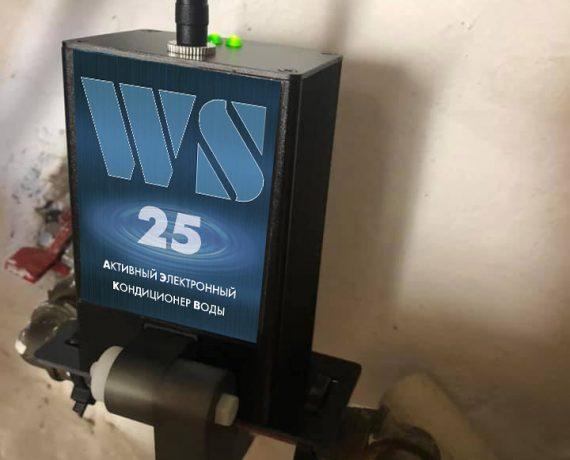 Прибор от накипи ws_25 установлен на трубе.